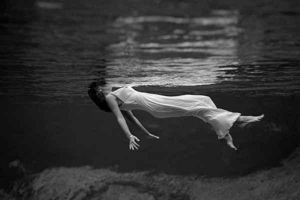 Soñar con flotar en el agua